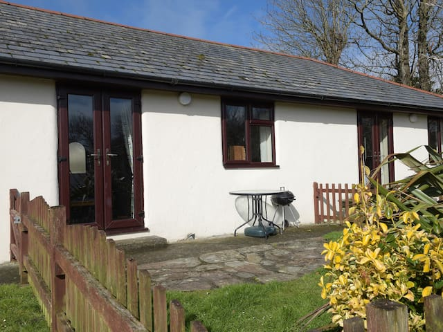 HONEYSUCKLE COTTAGE, pet friendly, with pool in Bude, Ref 19172