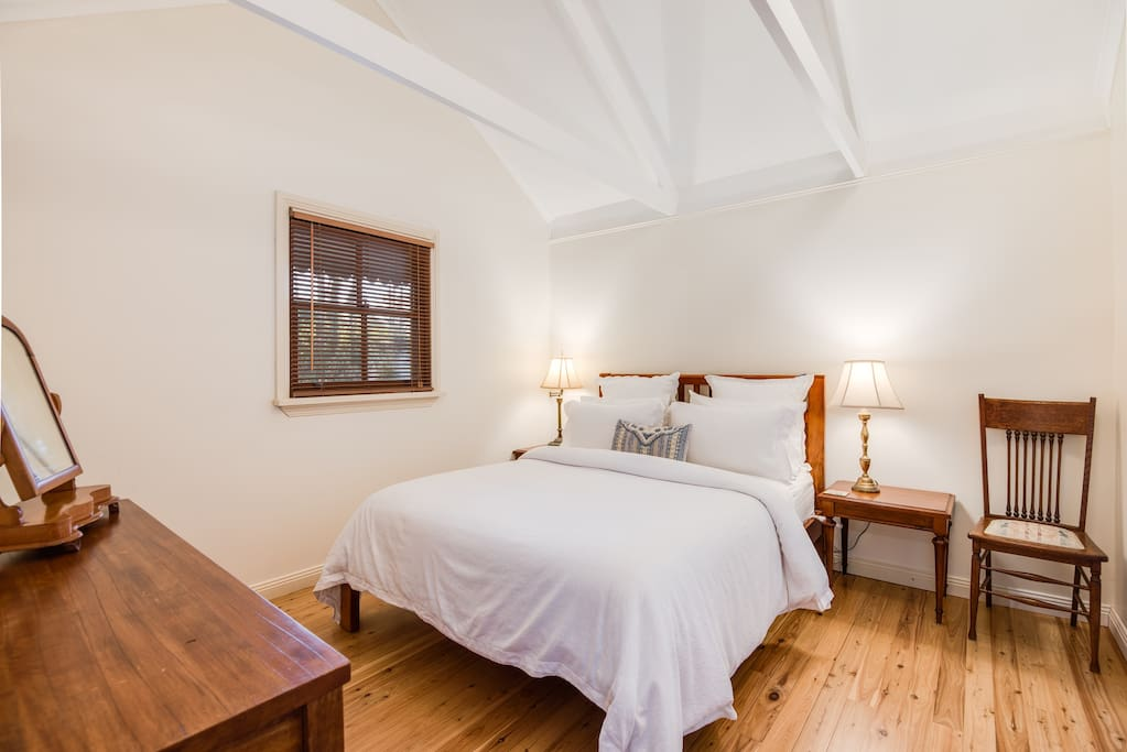Queen bed with quality linen, bath robes, reverse cycle air-conditioning and electric blankets in the colder months