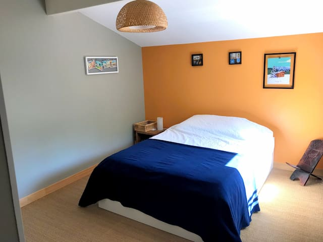 """The """"Orange Room"""" AirBnb with swimming pool !"""