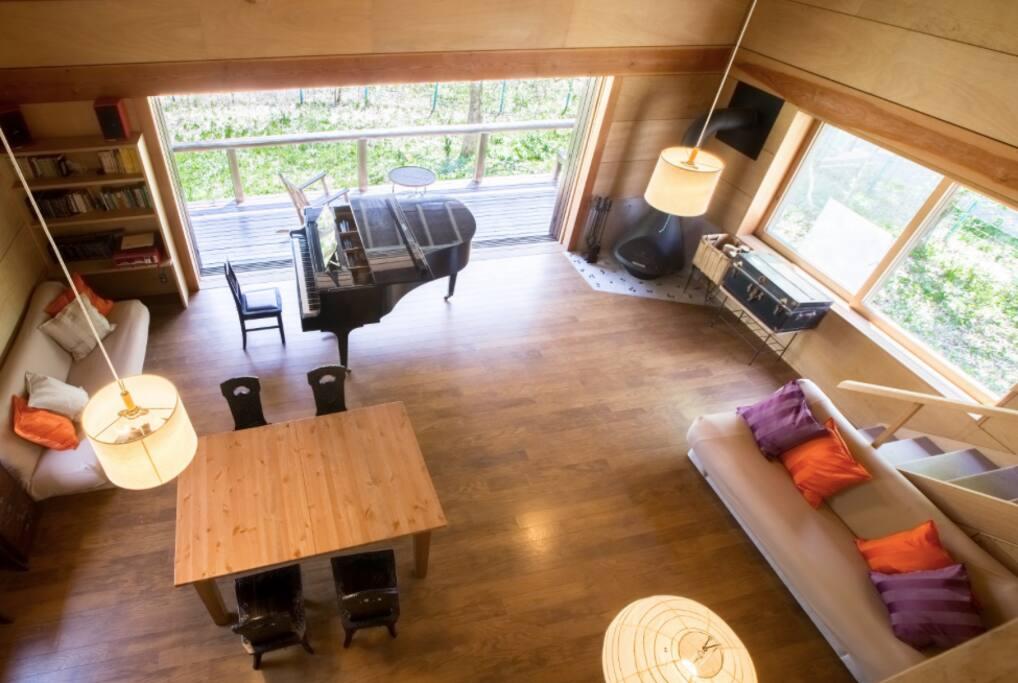 2階寝室から1階リビングを見渡せます! Overlooking the first floor from the second floor bedroom!