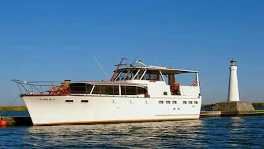 Motor Yacht Semper Fi, classic and comfortable