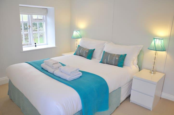 Upstairs Bedroom - Kingsize bed