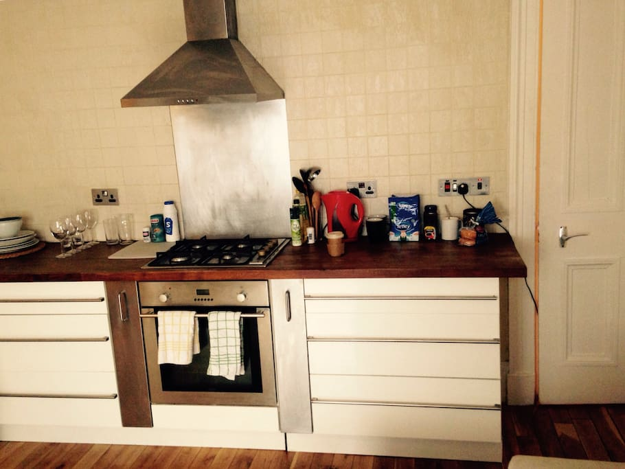 Gas hob and solid cooking area with all the essentials