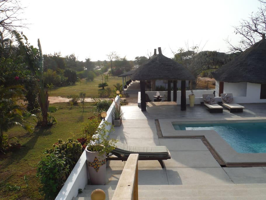 vue du premier cottage, sa terrasse et une partie du jardin