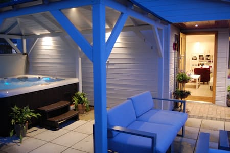 Romantic Retreat Cabin, exclusive hot tub & sauna