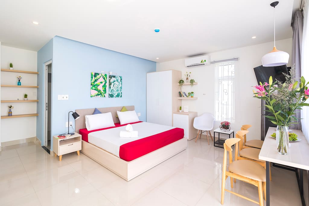 Bright and comfy. The unit is full of sun shine. The room size is approximately 30 square meters