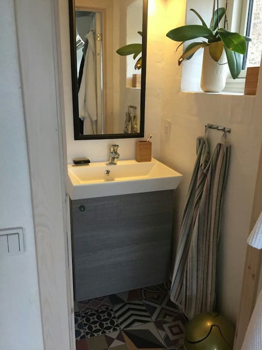 Lille badeværelse med toilet og håndvask