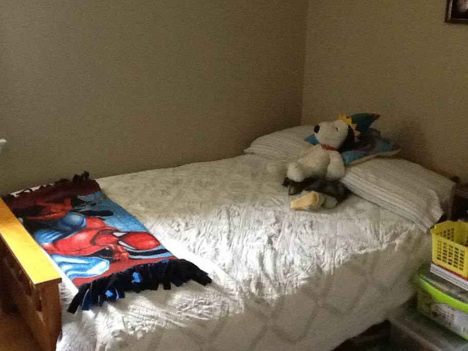 Second bedroom suitable for one or two children or one adult on double futon.
