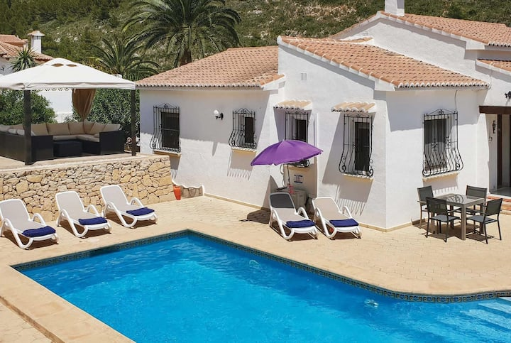 3 bed villa with supermarket 1km away