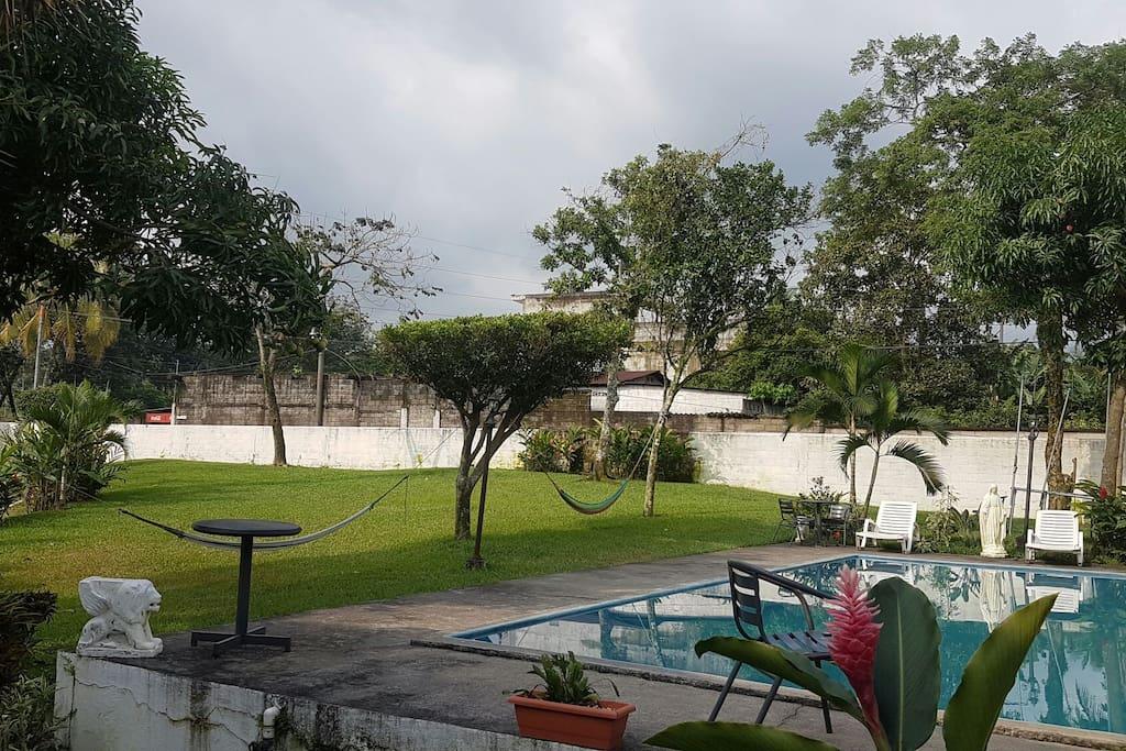 área verde y piscina