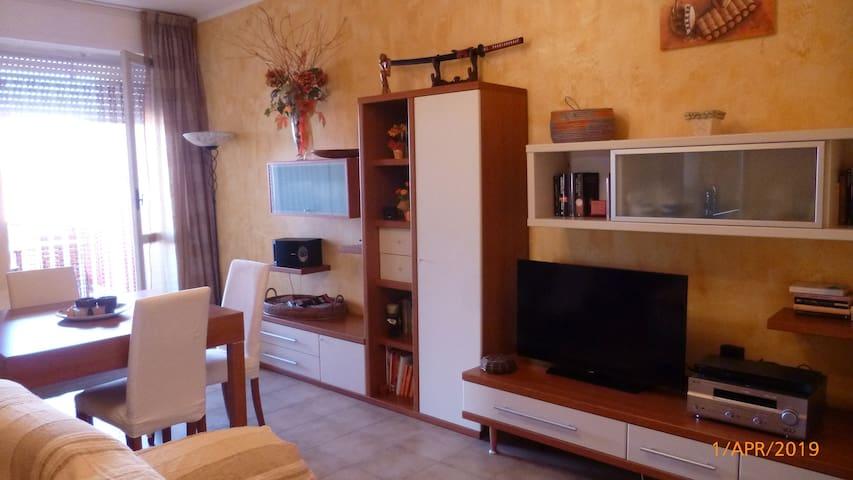 salotto e sala pranzo con tv , aria condizionata e terrazza