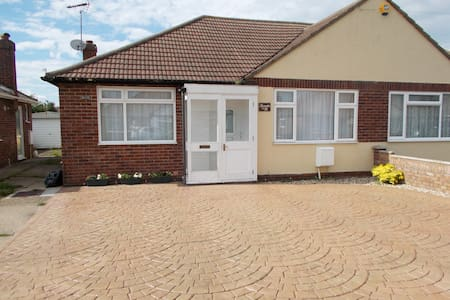 Charming Semi detached bungalow. Pets welcome - Harwich