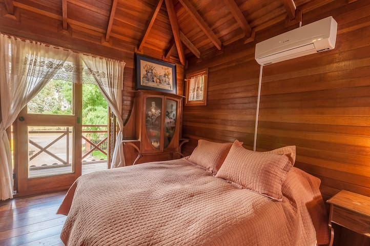 Dormitorio planta alta, entrepiso, con AC, y escritorio para trabajo