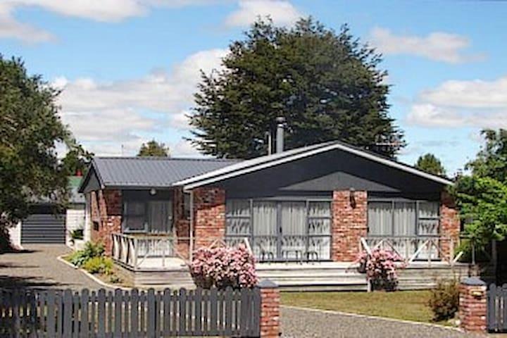 Silver Birch Cottage Te Anau with Wi-Fi & sky tv