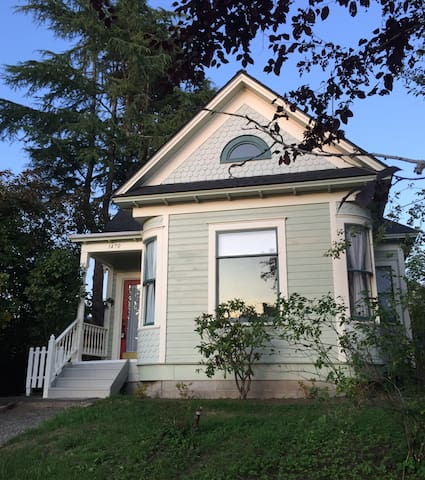 3 bdrm, 2 ba Victorian Charmer Close to Everything