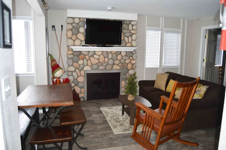 Boyne Mtn Poolside/Nearly Slopeside-Great location