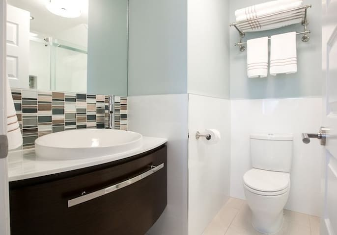New Bedroom with clean private bathroom - Nueva York - Apto. en complejo residencial