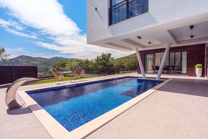 New and stylish Villa Bruna with 32sqm heated pool, sauna, billiard and media room