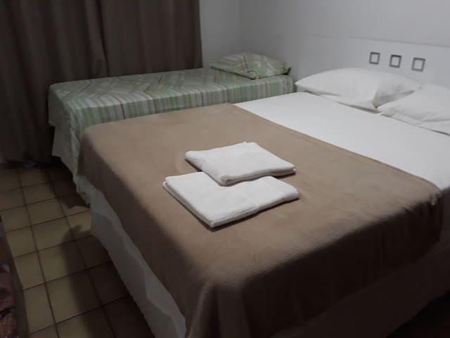 Segundo quarto: camas de casal e de solteiro.