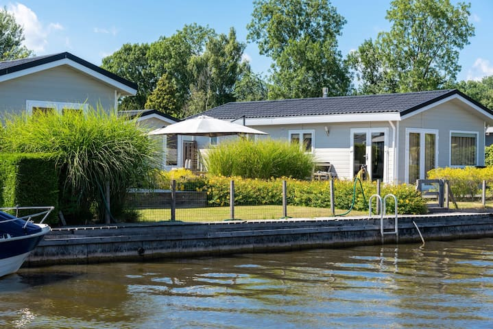 Waterfront holiday cottage  (Amsterdam area)