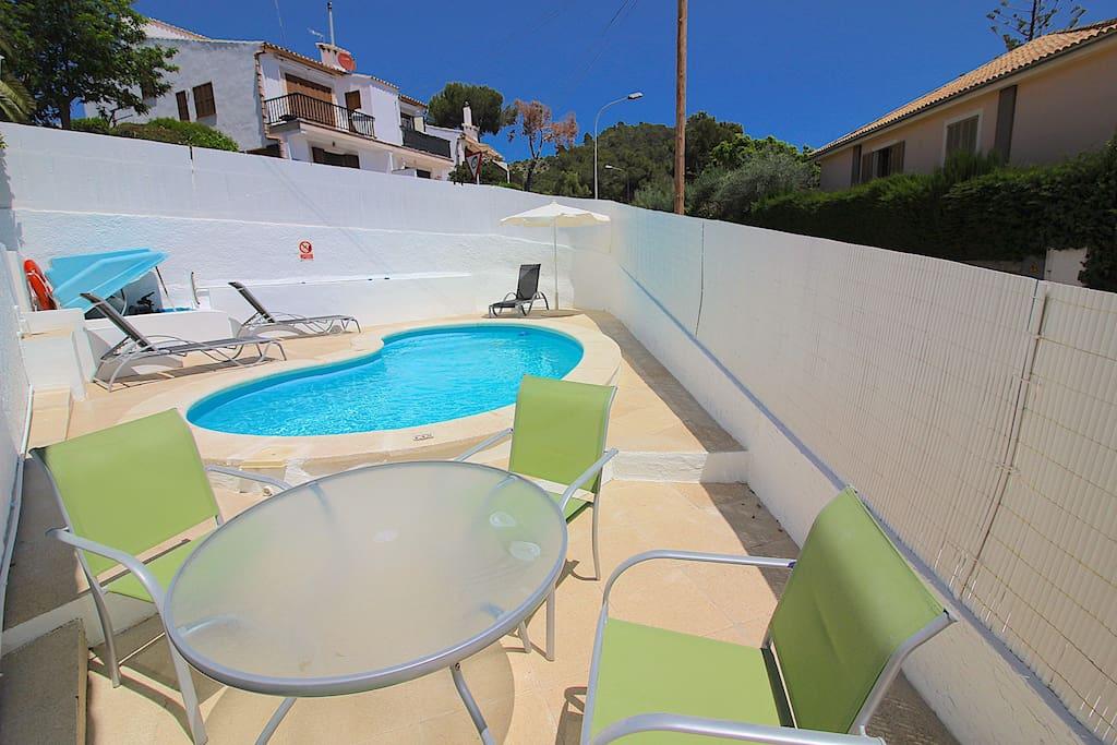 3 bedrooms, 2 bathrooms, garden, pool and beach!