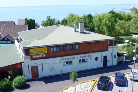 Vadkacsa Étterem és Panzió 1. szoba - Balatonkenese - Bed & Breakfast