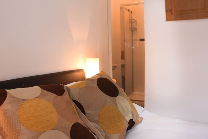Clonakilty town centre with ensuite shower room