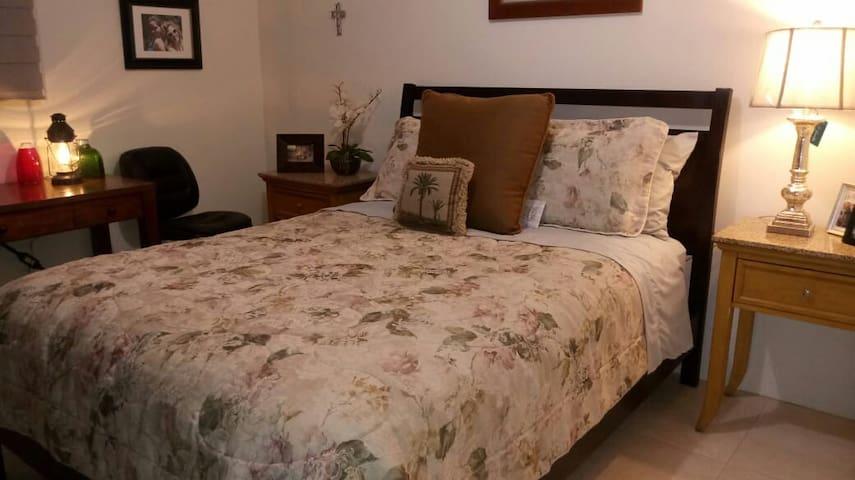 Recámara principal, cama tamaño queen súper cómoda con buroes, closet muy amplio, mini Split independiente.