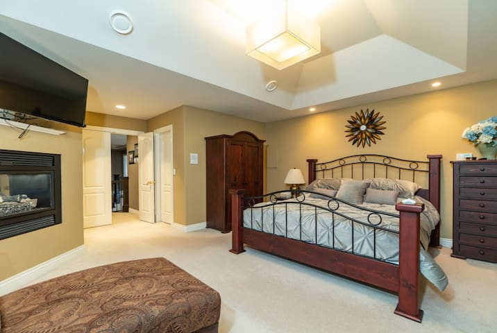 Cedar Rooms, master-room with a jacuzzi spa