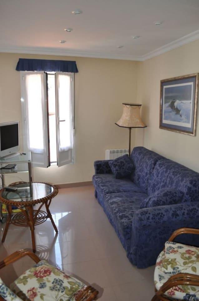 Salita-cocina,unida a la cocina, sofá de 1'50 de largo ( no es cama), 2 sillones, tv, dvd y mesa de centro .