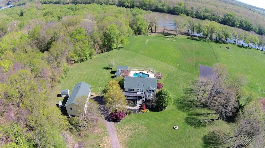 Potomac River Estate on 10 acres with Housekeeping