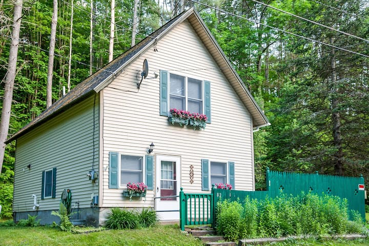 Lovely cottage by Lake Pauline w/60-ft water frontage access, private dock!