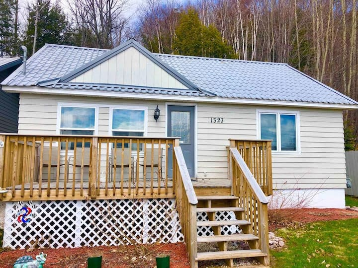 Eagles Nest · Cozy home in Munising!Snowmobile, Ice Caves,