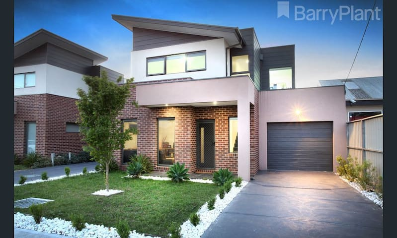 New private room with friendly host in Braybrook