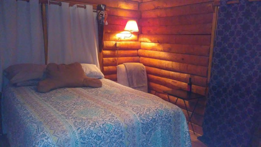 Cozy room/ Authentic log home - Maryville - House