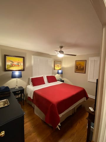 King bed Cozy and clean. Near O'Hare Airport