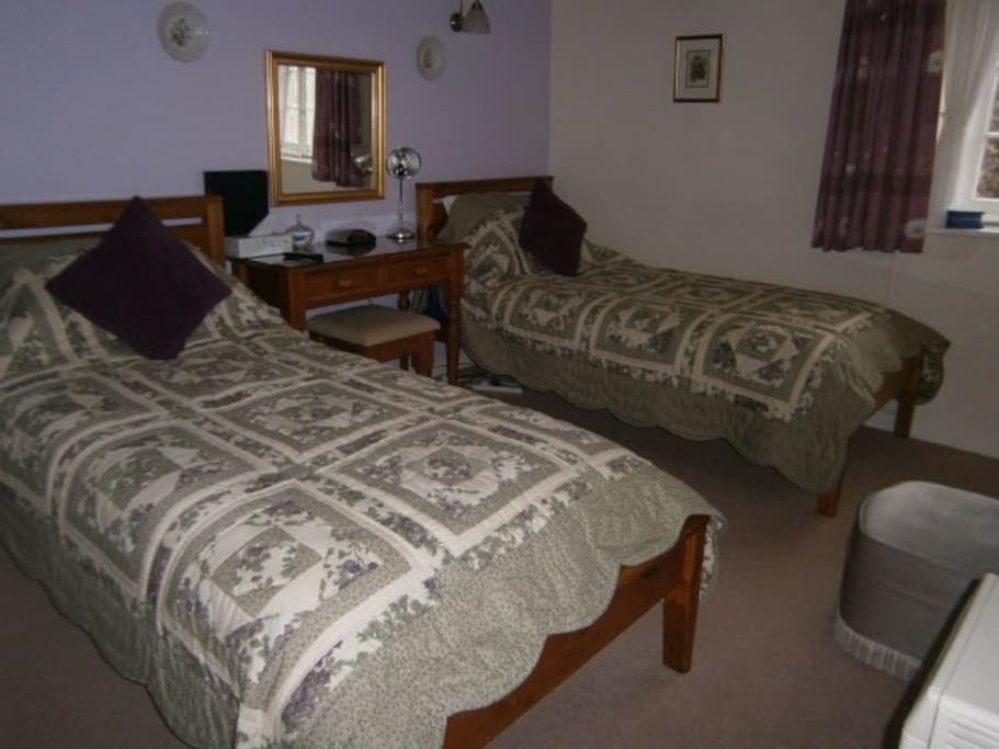 Lavender Room, twin beds