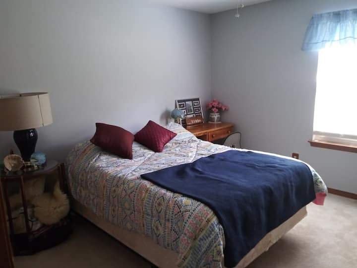 Comfortable quiet private room in upscale home G2