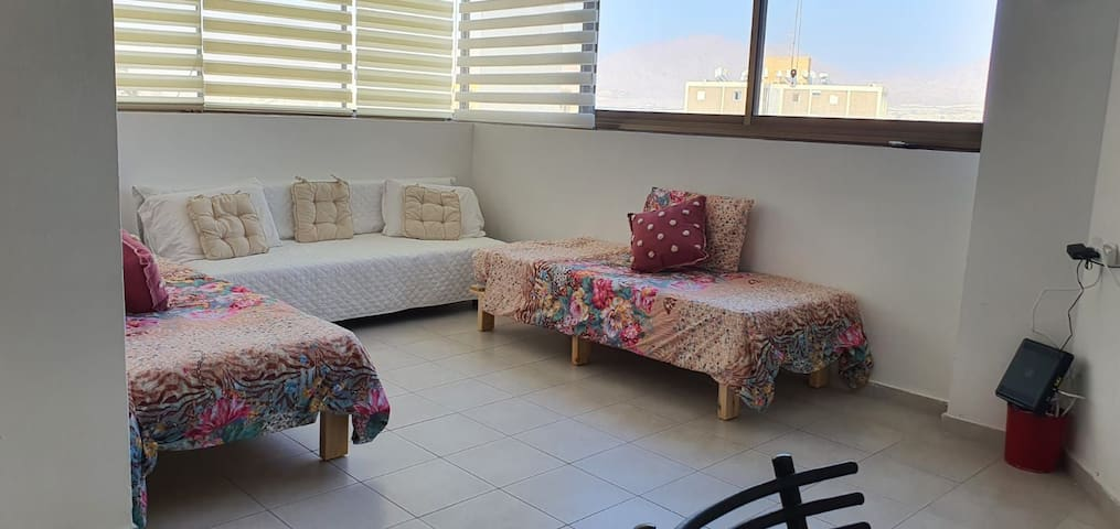 Sitting room, 2 small bed and 1 sofa pour 1 or 2 persons. You may move everything and take advantage of.the spare room to be confortable