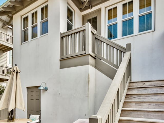 Villa St. Barth - Carriage House! Short stroll to beach! Free Wi-Fi. Fenced-in backyard. Groups welcome!