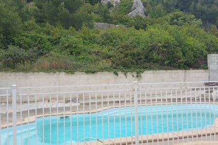 Maison calme 8 personnes avec piscine - Roquefort-des-Corbières - House