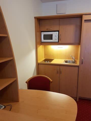Ausgestattete Kochmöglichkeit für 1 Person, Kühlschrank, Mikrowelle, Wasserkocher, etc.