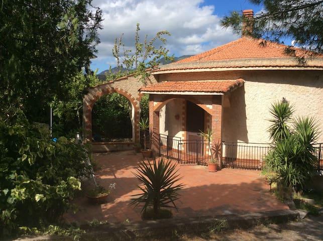 Villa Paola , panoramica e autonoma - Ciminna - บ้าน
