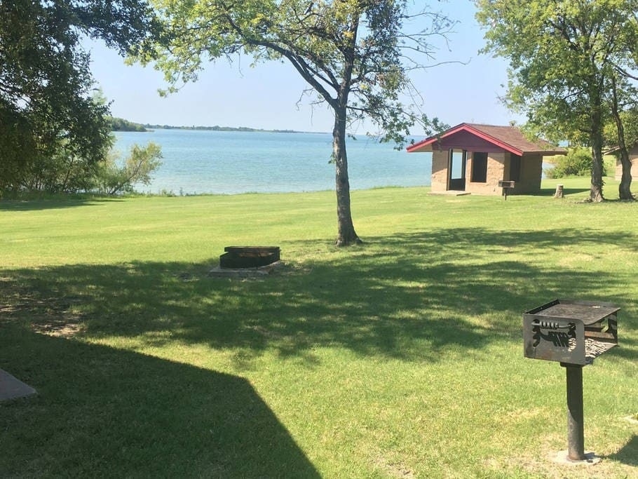 New lakeside tiny house cabin cabins for rent in frisco for Lake cabin rentals near dallas