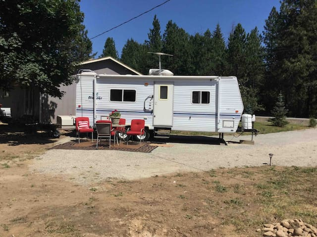 Cedarwood Glamping-Camper with all the amenities