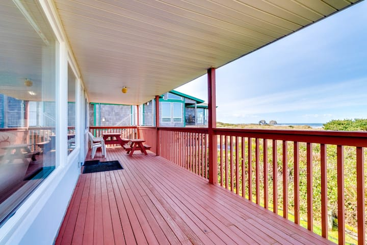 Cozy oceanfront condo with ocean views & easy beach access!
