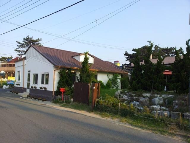 풍경이머무는하우스펜션 들국화룸(6인 기준), Jinha-beach pension - Seosaeng-myeon, Ulju-gun - Villa