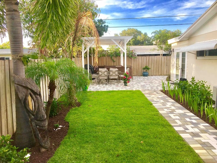 Palm Beach Studio Retreat - outdoor patio grill