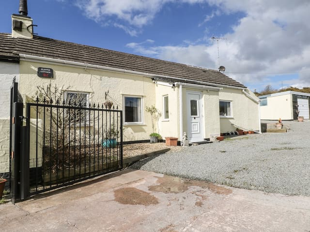 SLEEPER COTTAGE, pet friendly in Gwalchmai, Ref 980144