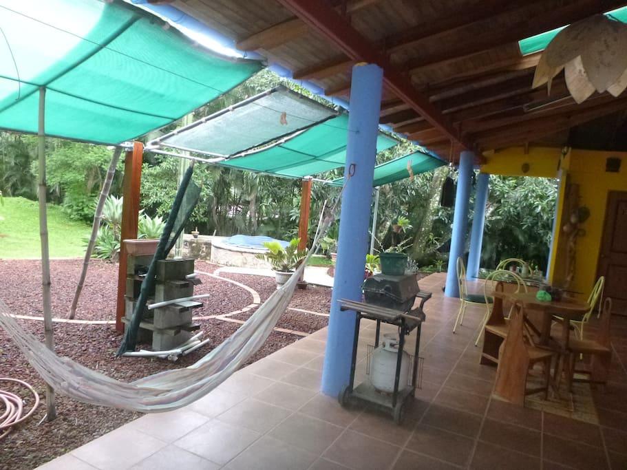 La  terraza  de  hamacas para  descansar.  tambien  hay parrillita para  cocinar.!!